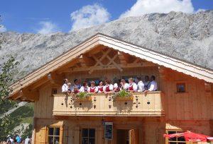 Bereits 2011 haben die Steinrösler am Balkon der Rotmoosalm gesungen, als die neue Hütte eingeweiht wurde.