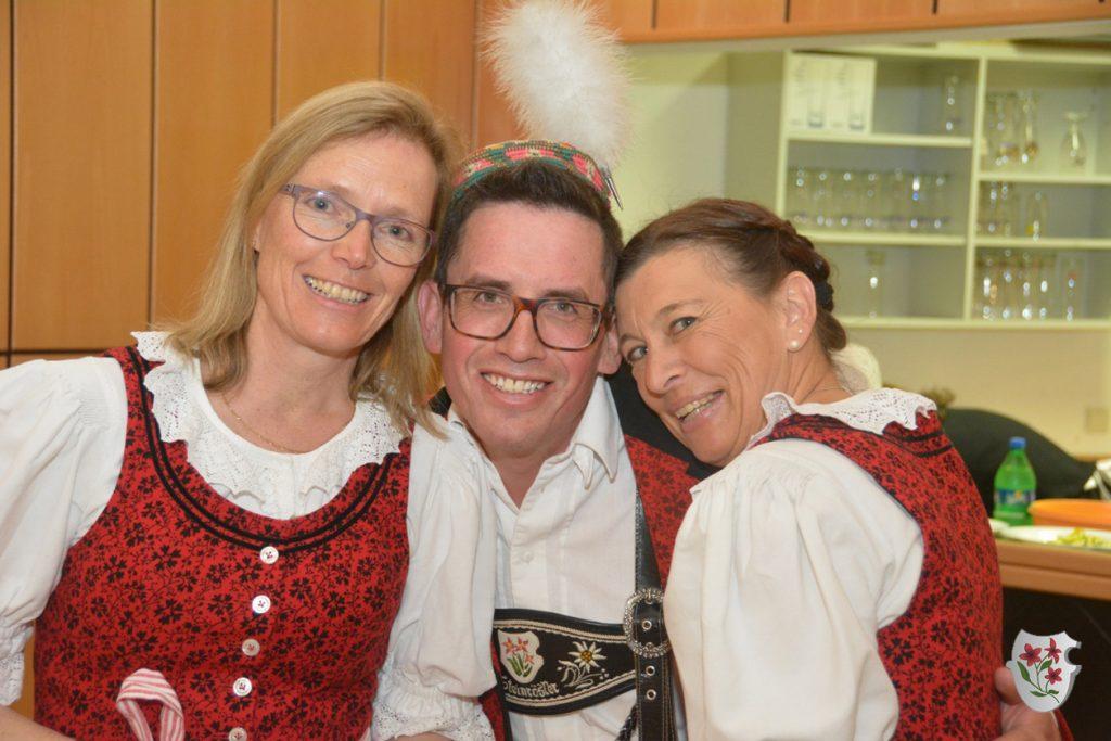 Marion und Claudia mit Obmann Robert
