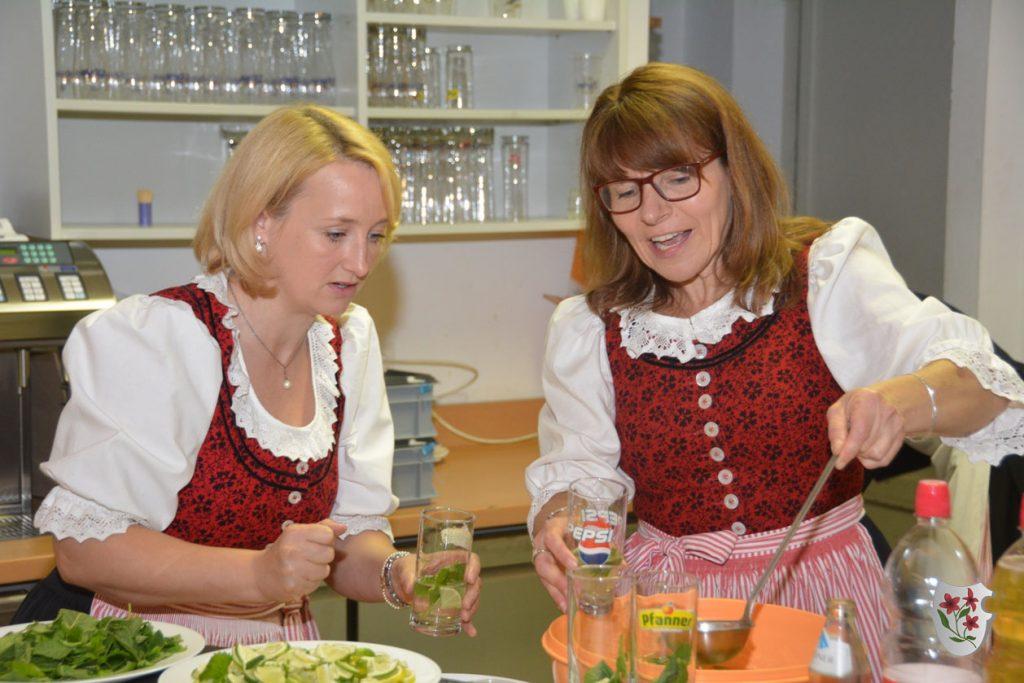 Silvia und Anke bereiten den Hugo für den Aperitif vor