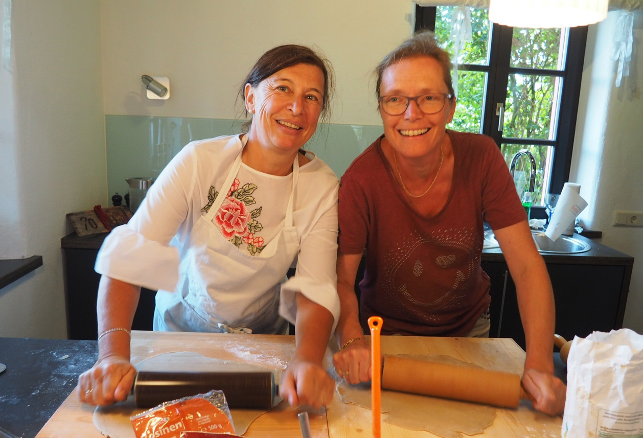 Claudia und Marion sorgen dafür, dass der Teig schön dünn ausgerollt wird