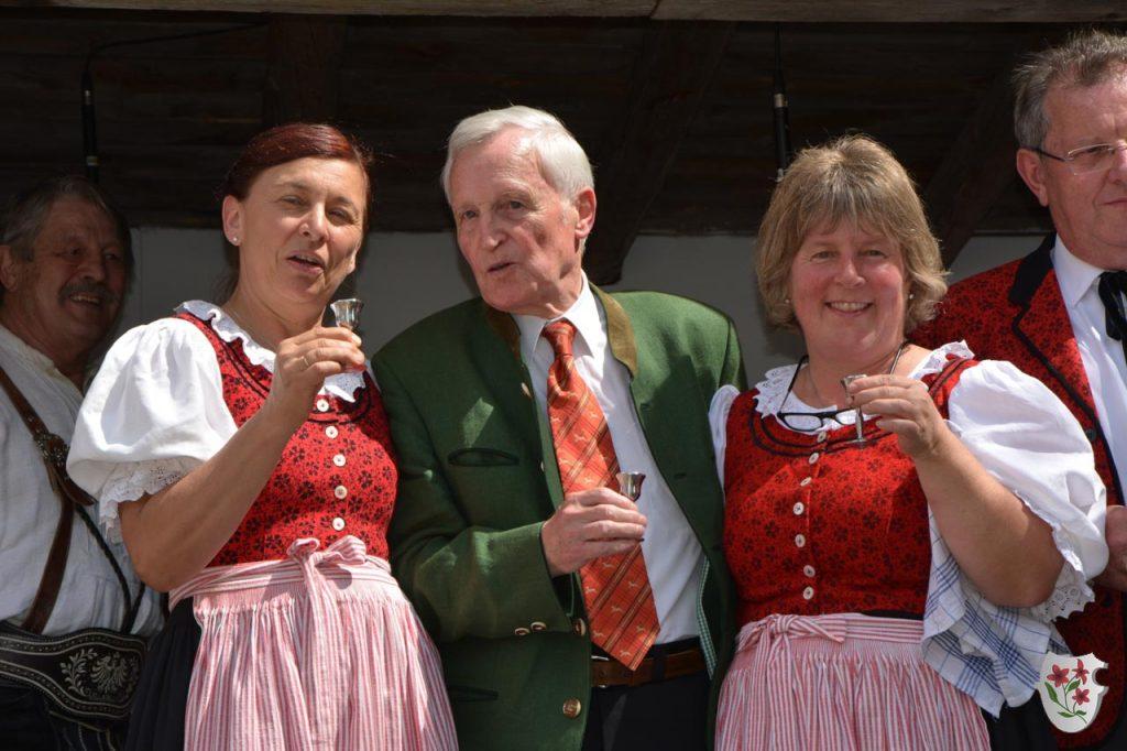 Die Jubilare Claudia und Marlies mit unserem ehem. Chorleiter Paul Humer