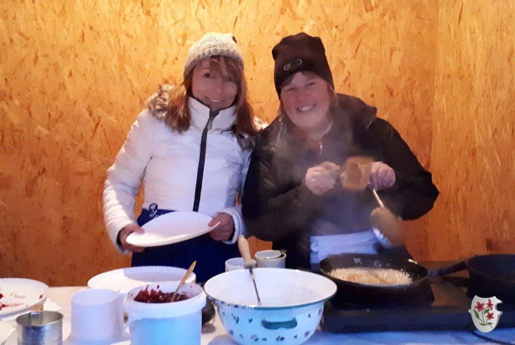Unsere Strauben-Marlies mit ihrer Assistentin Anke
