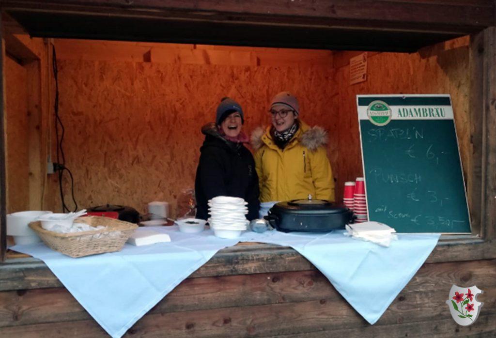 Anja und Christina versorgten die Besucher mit köstlichen Kasspatzln und Punsch
